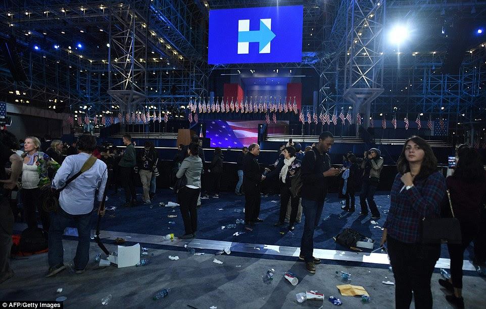 Indo para casa: Apoiantes do candidato presidencial democrata Hillary Clinton caminhar por centro de convenções no final da noite da eleição no Centro de Convenções Jacob K. Javits, em Nova York - ela não apareceu para falar com eles