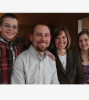 Tim com sua esposa Nicole e seus filhos August e Adeline Roach