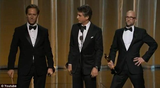 Como é que olhamos?  Os vencedores da categoria, Alexander Payne, Nat Faxon e Jim Rash dos descendentes foram rápida para zombar palhaçadas do apresentador como eles aceitaram sua concessão
