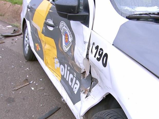 Viatura da PM foi atingida na lateral (Foto: Reprodução/TV TEM)