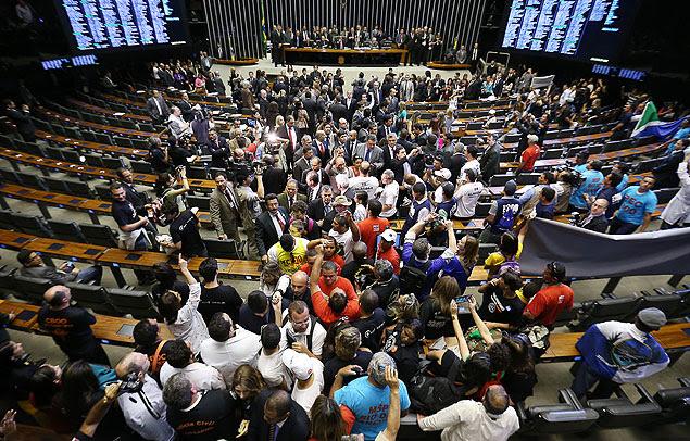 Plenário da Câmara dos Deputados foi invadido por manifestantes