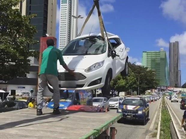 Carro cai em cima de outro após capotar na BR-230 em João Pessoa