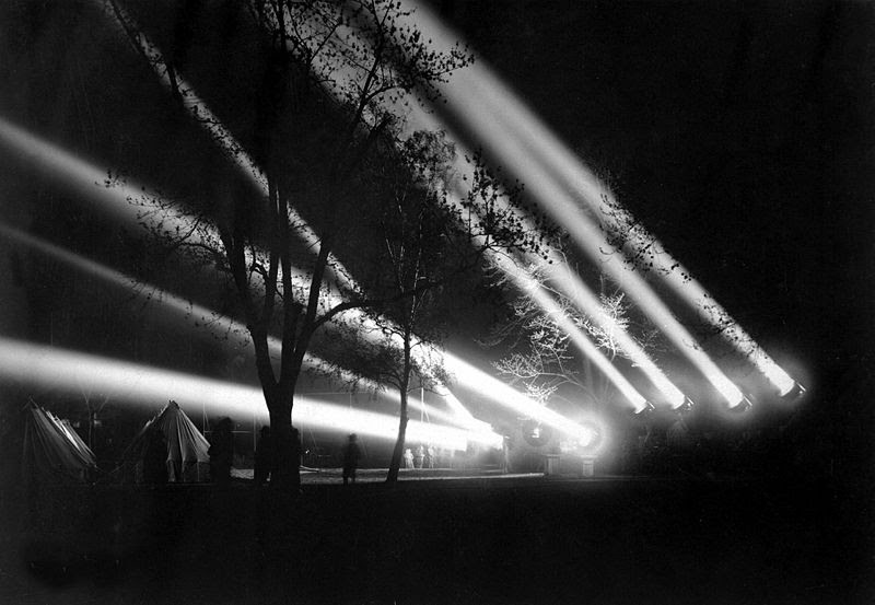 File:Washington Barracks 24 inch searchlights, 1918 HD-SN-99-02235.JPEG