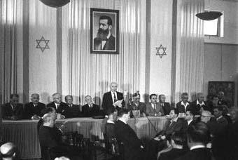 David Ben-Gurion che dichiara l'indipendenza dello Stato di Israele. Clicca sull'immagine per visualizzare e sfogliare il testo originale in ebraico.