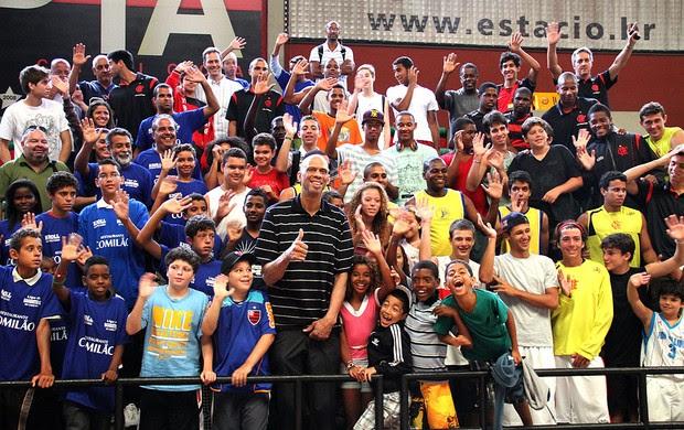 Kareem Abdul-Jabbar visita o Flamengo com crianças (Foto: Divulgação / Site Oficial)