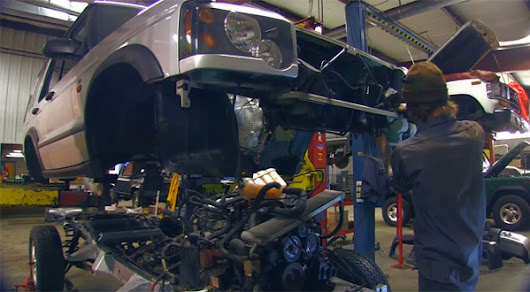 See Some Chaps Change A Land Rover Discovery Chassis in 4 Minutes - ClickMechanic