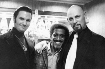 """Sammy Davis Jr. com Anton LaVey, o chefe da Igreja de Satanás - uma poderosa organização que colocar uma fachada """"Hollywood"""" em incondicional satanismo."""