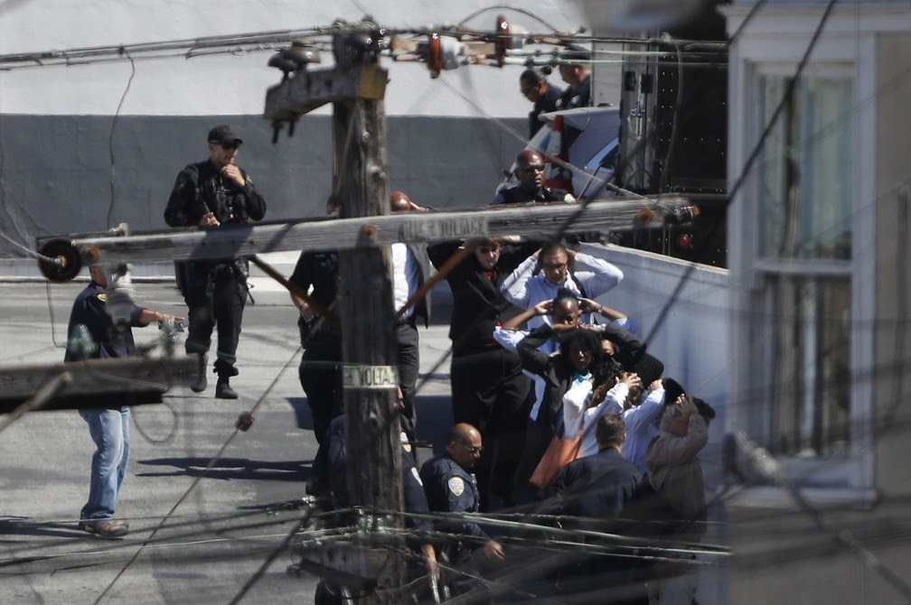 Polícia evacuou o prédio após disparos  (Foto: Stephen Lam TPX IMAGES OF THE DAY/Reuters)
