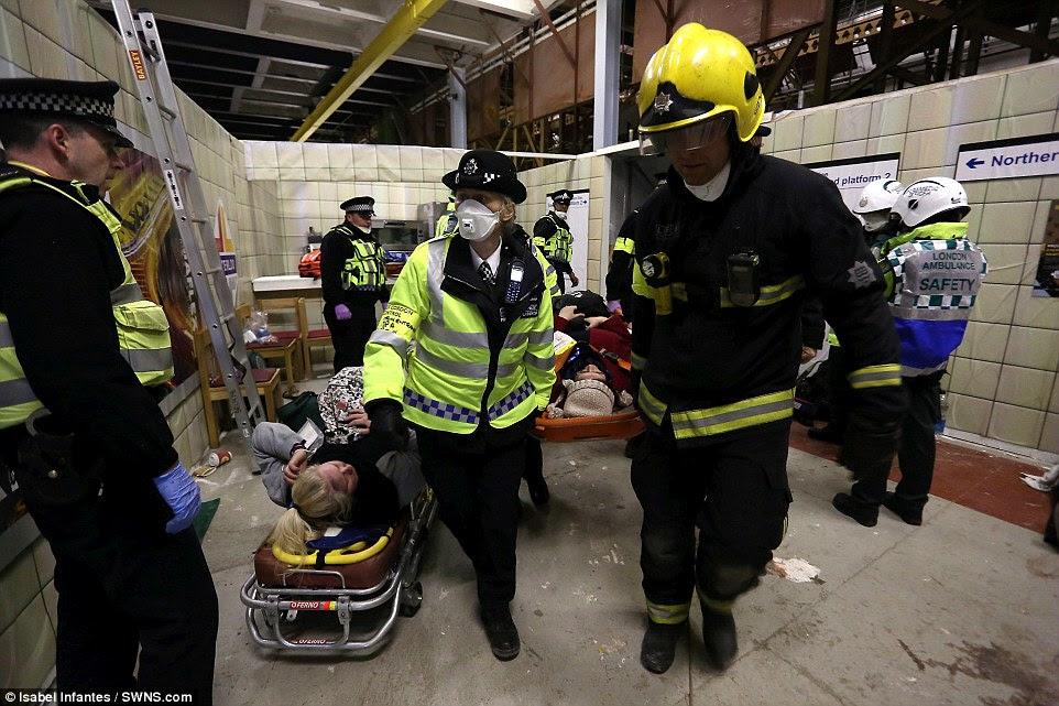 Υπόγεια θεραπεία: Σε ένα δωμάτιο που δημιουργήθηκε για να μοιάζουν με το σταθμό Waterloo του μετρό, οι εργαζόμενοι έκτακτης ανάγκης έχουν την τάση να το «πληγωμένο»