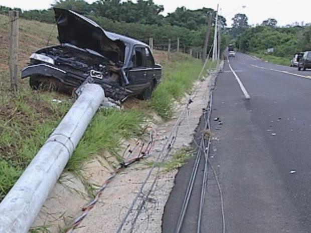 Motorista sofreu mau-súbito e bateu em poste  (Foto: Reprodução/TV TEM)