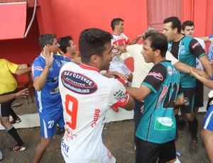 Confusão Internacional Caravaggio futebol amador SC (Foto: Lucas Colombo / Jornal A Tribuna)