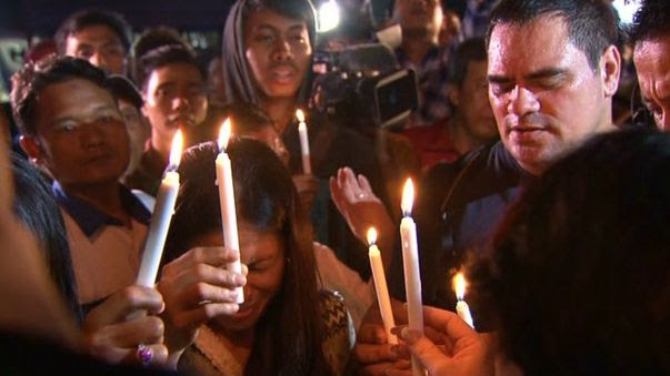 Numerous Indonesians joined with Australians for a candle-lit vigil at the dock in protest to the executions. (9NEWS)