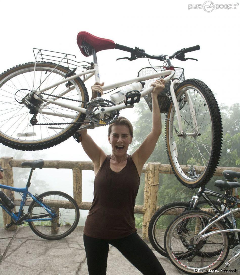A atriz Maitê Proença suou a camisa em passeio de bicicleta que fez neste final de semana, e publicou a foto nesta segunda-feira, 10 de dezembro de 2012