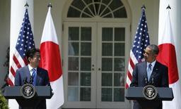 Primeiro-ministro do Japão, Shinzo Abe (esquerda), e o presidente norte-americano, Barack Obama, concedem entrevista coletiva na Casa Branca, em Washington, nos Estados Unidos, em abril. 28/04/2015 REUTERS/Kevin Lamarque