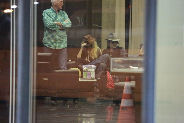 Amber Heard e Johnny Depp no aeroporto internacional do Rio (Foto: Dilson Silva e André Freitas / AgNews)