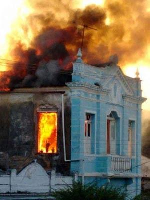 Casarão tombado pelo Iphan pega fogo em Cachoeira (Foto: Fábio Santos/Site Voz da Bahia)
