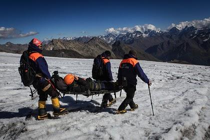 Тела троих альпинистов спустили с Эльбруса