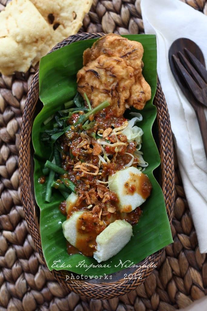 Pecel / Javanese mixed vegetable salad with peanut sauce