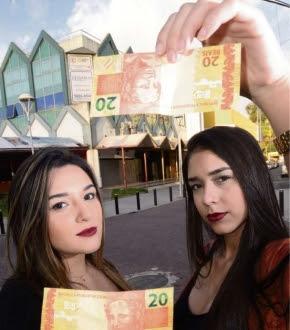 As estudantes de Direito Gabriella Rodrigues, 20, e Rafaela Scarlete, 19, discordam da cobrança desigual. Elas acreditam que a prática soa como machista