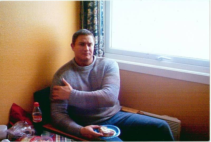 I 2004 blev Mikael dømt til seks måneders fængselsstraf for trusler og grov vold. Billedet er taget af Mikaels mor i fængslets besøgsrum. (Privatfoto)