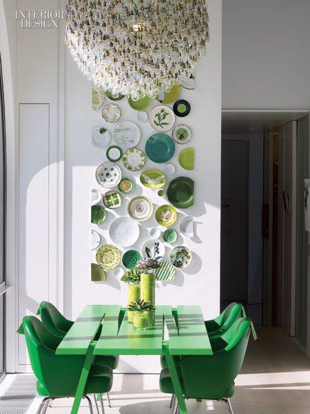 Love the ceramic plate art! The breakfast area's Mike & Maaike table, Eero Saarinen chairs, Tim Fishlock chandelier, and ceramic-plate installation by Viñas.