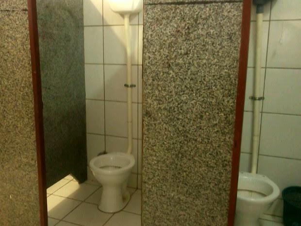 Ausência de portas nos banheiros também são alguns dos problemas da Unidade Integrada João Pereira Martins Neto, na capital