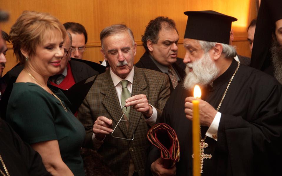 Πρωτοχρονιάτικο γκλάμουρ εν καιρώ κρίσης. Στιγμιότυπο από την κοπή της πίτας στην Αρχιεπισκοπή Αθηνών.