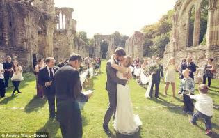 Flashmob wedding: British couple spring surprise nuptials