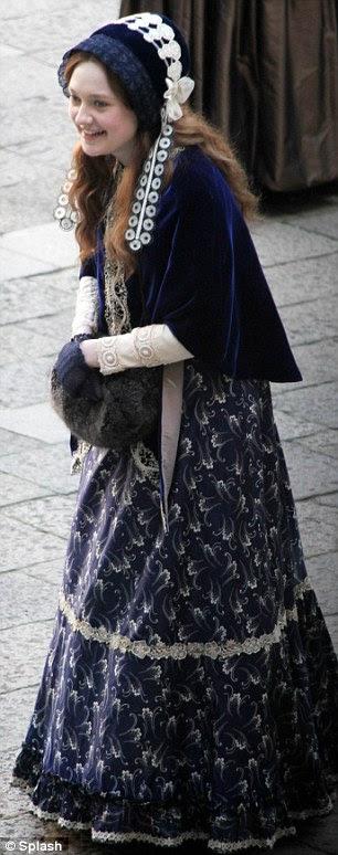Interesse amoroso improvável: A atriz adolescente interpreta o personagem-título, que é casada com muito homem mais velho John Ruskin, interpretado por Greg Wise