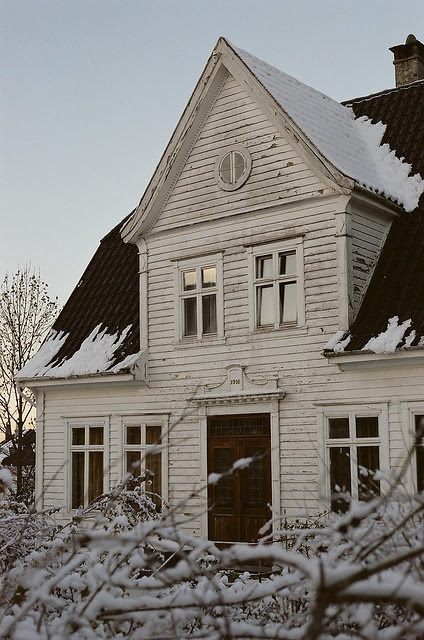 Beautiful white fixer upper house | Friday Favorites at www.andersonandgrant.com