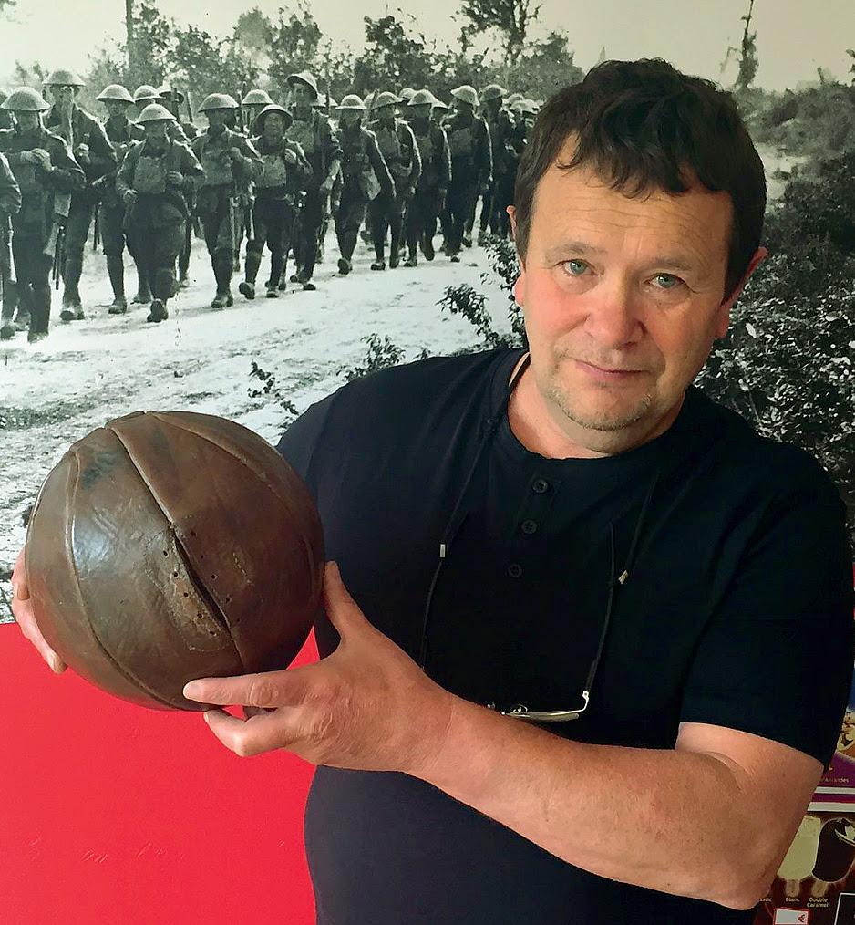 Il collezionista francese Dominique Zanardi che ha trovato il pallone (foto Peter Allen, The Telegraph)