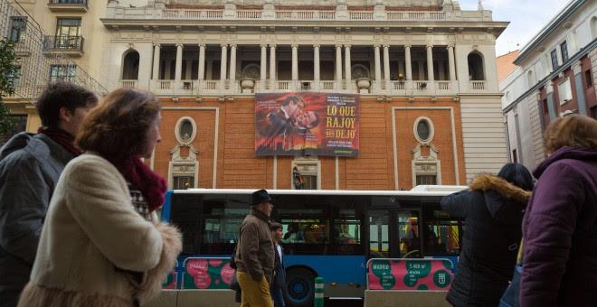Varios viandantes pasan junto al edificio donde Greenpeace ha realizado su acto de protesta. - CHRISTIAN GONZÁLEZ