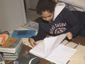 Menina de Marília quer ser cantora (Foto: Reprodução/TV TEM)