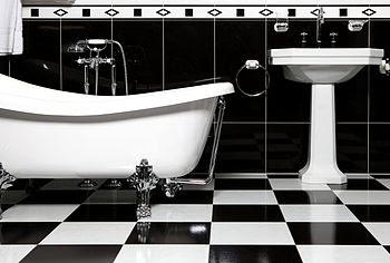 English: Black and white tiles bathroom