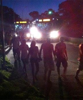 Torcedores caminham no escuro (twitter.com/superesportesPE)
