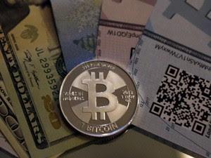 Moeda 'física' que brinca com o Bitcoin (Foto: Reuters)