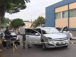 Veículo foi alvejado com seis disparos de arma de fogo após a mulher deixar a filha na escola (Foto: Reprodução/TV Vanguarda)