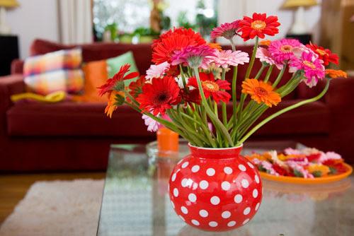 Permanis Ruang Tamu dengan Rangkaian Bunga HIASANRUMAH
