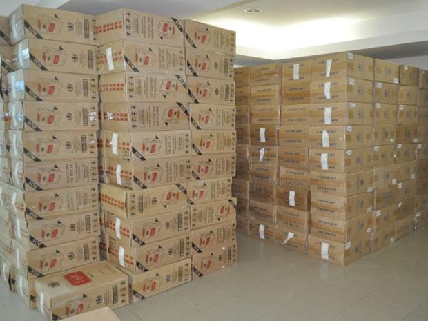 Carga de cigarros contrabandeados estava em depósito em Abreu e Lima. (Foto: Divulgação / Polícia Federal)