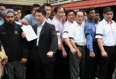 Bekas Exco Perak, Nga Kor Ming (dua dari kiri) bersama ahli Pakatan Rakyat memfailkan laporan terhadap Menteri Besar Perak, Datuk Dr. Zambry Abdul Kadir kerana didakwa menyalahgunakan kuasa di pejabat Suruhanjaya Pencegahan Rasuah Malaysia (SPRM). Foto The Star