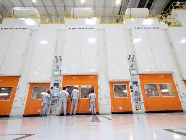 Linha de prensas japonesas agiliza trabalho na fábrica da Jeep (Foto: Divulgação / FCA)