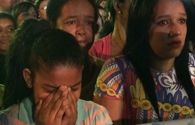 Fãs se emocionaram durante toda missa de 7º dia de Cristiano Araújo, em Goiânia, Goiás (Foto: Cassiano Rolim/TV Anhanguera)