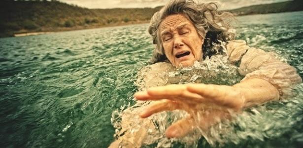 Globo encerra novela em silêncio e é criticada por cena de afogamento