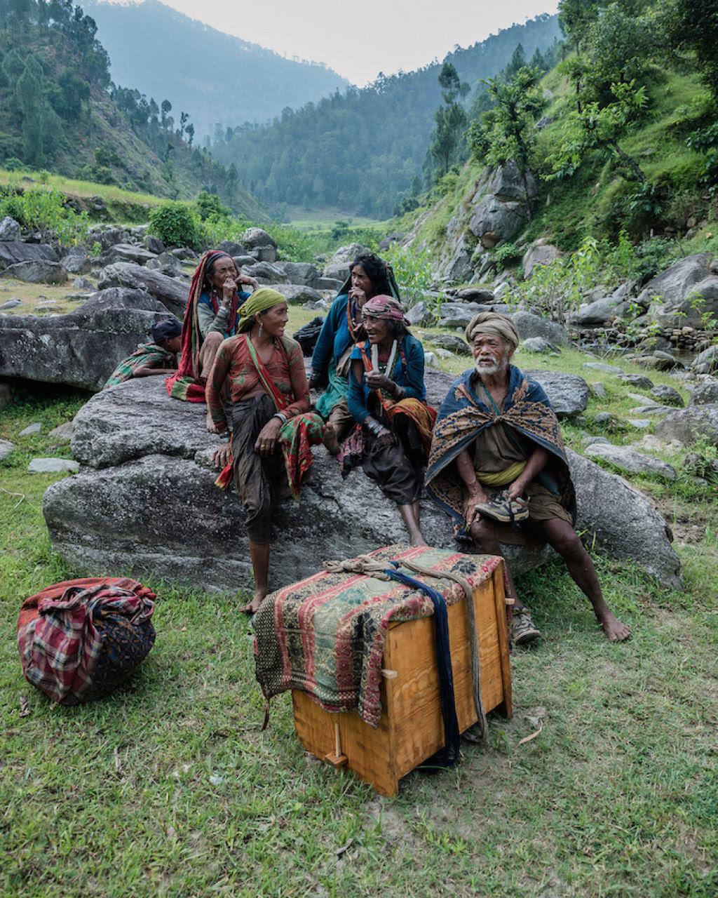 Fotógrafo documenta os últimos caçadores-coletores de tribo do Himalaia 15