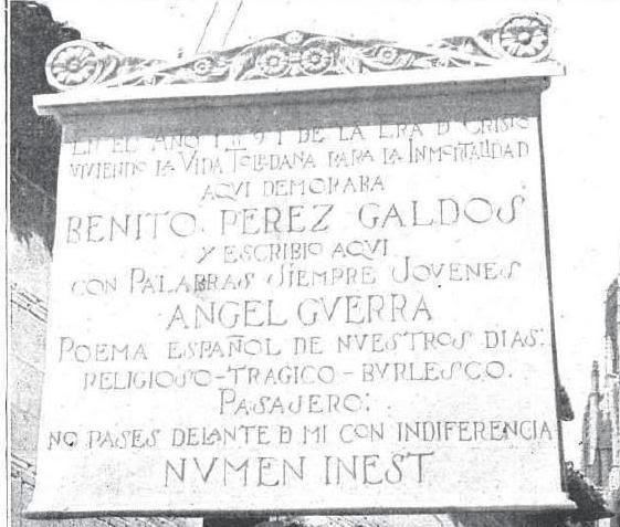 Placa en homenaje a Galdós colocada en la Calle Santa Isabel de Toledo el 27 de abril de 1923. Fotografía de Javier Marañón para Mundo Gráfico