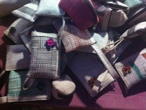 Bolsas feitas de palha de buriti são vendidas a R$ 5 (Foto: Clarissa Carramilo/G1)