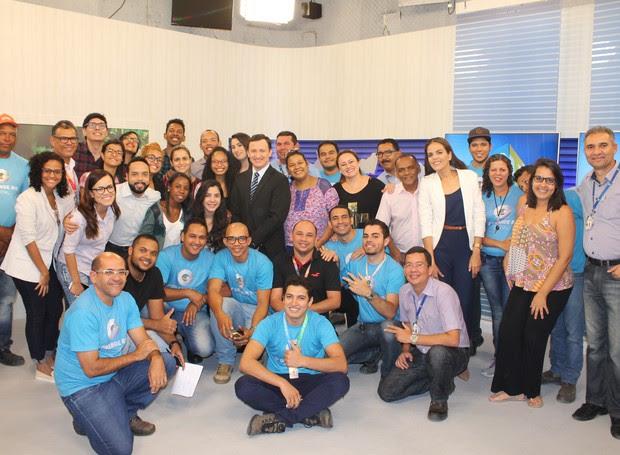 Equipe comemora primeira transmissão do novo estúdio (Foto: Samuel Moreira/ TV Grande Rio)