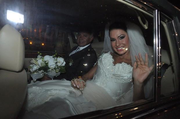 Gracyanne chega na igreja (Foto: Roberto Teixeira/EGO)