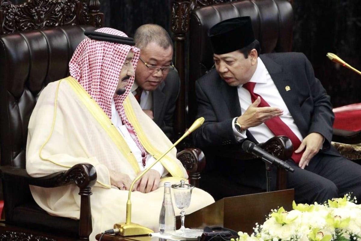 Saudi King Salman talks to Indonesian Parliament Speaker Setya Novanto. Photo: EPA
