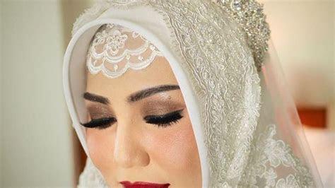 inspirasi pengantin hijab memakai mahkota cantik